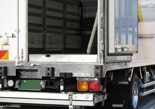 冷凍車両の後部扉開放
