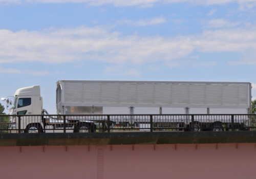 橋の上に停まった大型トレーラー牽引車