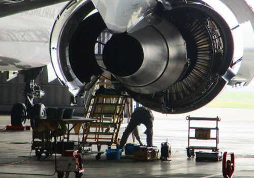 航空機エンジンの点検作業