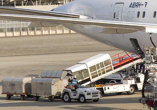 航空貨物の積み込み作業