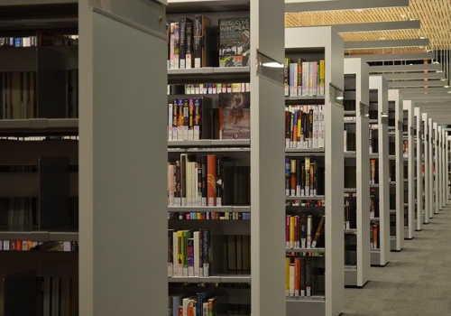 人のいない図書館の風景