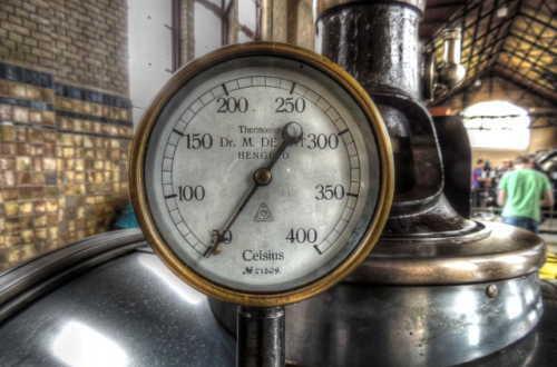 蒸気ボイラーの温度計ゲージ